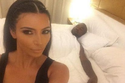 Kim Kardashian y Kanye West se hacen un selfie caliente en la cama