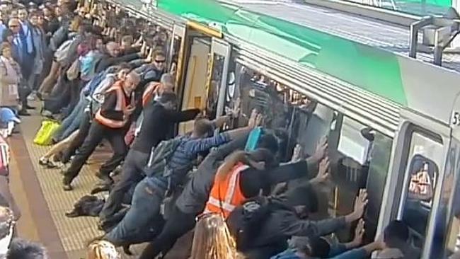 [VIDEO] Los pasajeros levantan en vilo y solo con sus manos el tren para rescatar a un joven atrapado