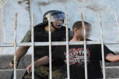 Este aficionado pierde la mano con una granada de la policía