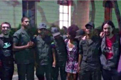 Pablo Iglesias y Juan Carlos Monedero con sus amigos de la Guardia en el Palacio del tirano chavista