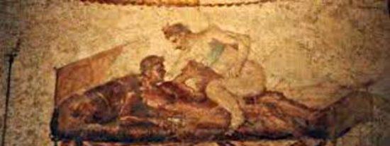Triángulo sexual en Pompeya: detenidos in fraganti un francés y dos italianas