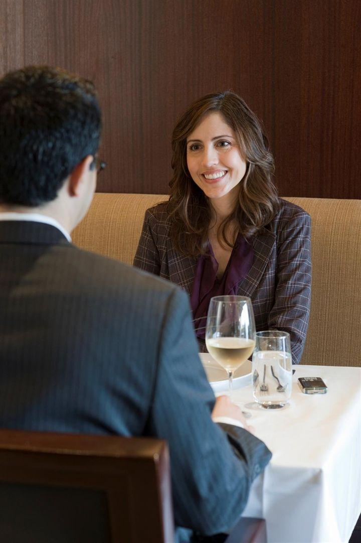 Salir a cenar, lo ideal para la primera cita... ¿Qué debemos evitar?