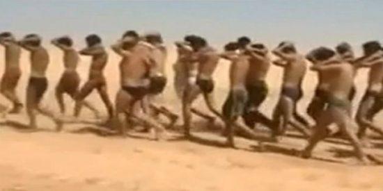 [Vídeo] Los asesinos del Estado Islámico ejecutan a más de cien soldados sirios en calzoncillos