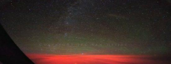 El 'aterrador' y misterioso destello rojo que vieron dos pilotos en pleno vuelo sobre el Pacífico