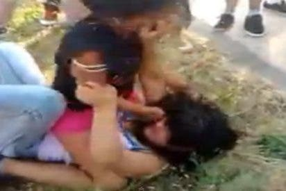 """[Vídeo] La brutal pelea de dos chicas en un descampado de Villaverde: """"¡Machácala!"""""""