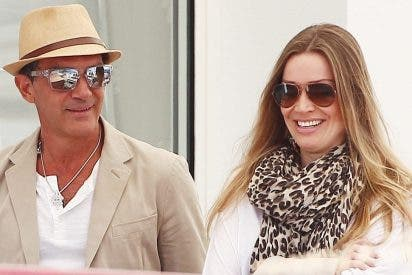 El ligón Antonio Banderas recupera la sonrisa con Nicole Kimpel y mucho 'amor'