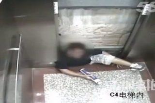 ¡Aterrador vídeo! Un estudiante muere aplastado lentamente por el ascensor