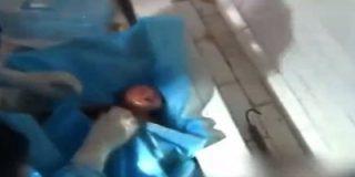 El angustioso rescate de la pequeña bebé a quien su madre tiró por el retrete