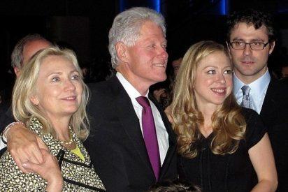 El ex presidente Bill Clinton y la insumergible Hillary son ya abuelos