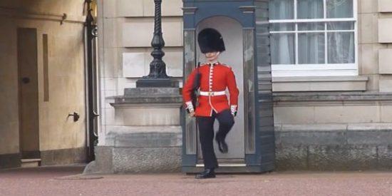 [Vídeo] Un guardia de Buckingham hace el payaso aprovechando una salida de la reina