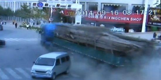 El vídeo del 'camión infernal' que pierde el control y mata a 14 personas en una parada de bus
