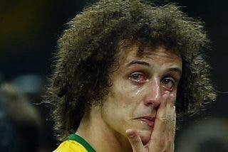Le expulsan del equipo por masturbarse hasta eyacular dentro del bote de champú de David Luiz