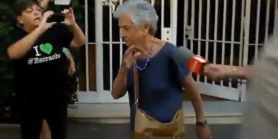"""[Vídeo] A la esposa de Pujol los vecinos la llaman de todo menos bonita: """"Devuelve el dinero hija de puta"""""""