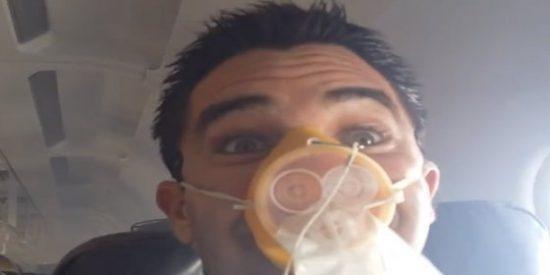 """[Vídeo] Pánico en el avión: """"¡Hay fuego en la cabina, mantengan todos la calma!"""""""