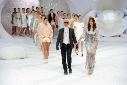 Karl Lagerfeld y Chanel montan una manifestación feminista en la semana de la moda de París