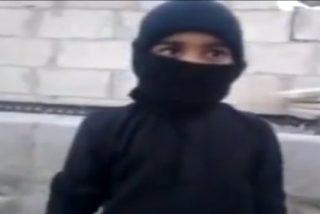 'Baby Yihad': Así de feliz y dispuesto se entrena un niño de 6 años con un AK47