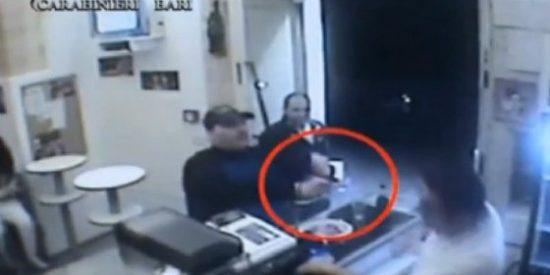 El insólito asalto a mano armada en una pizzería: al atracador le rompen hasta platos en la cabeza