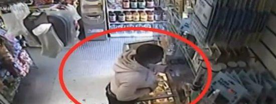 Lo último en atracos tiene guasa: asalta una tienda con un plátano