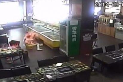 [Vídeo] Va comer a un restaurante chino y una camarera patosa la quema viva