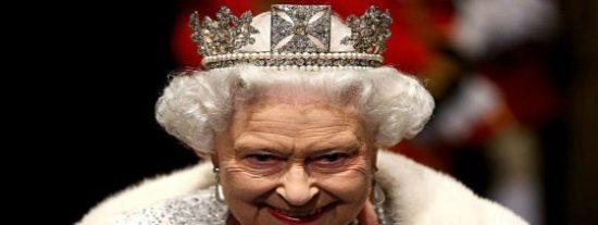 La Reina Isabel II se pone la corona por montera y apela a la unidad tras el referéndum