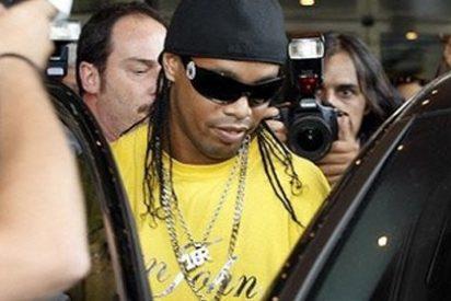 Llama 'simio' a Ronaldinho tras coger un atasco en su presentación