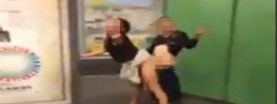 El vídeo de la pareja que practica sexo salvaje en el metro haciendo una peineta