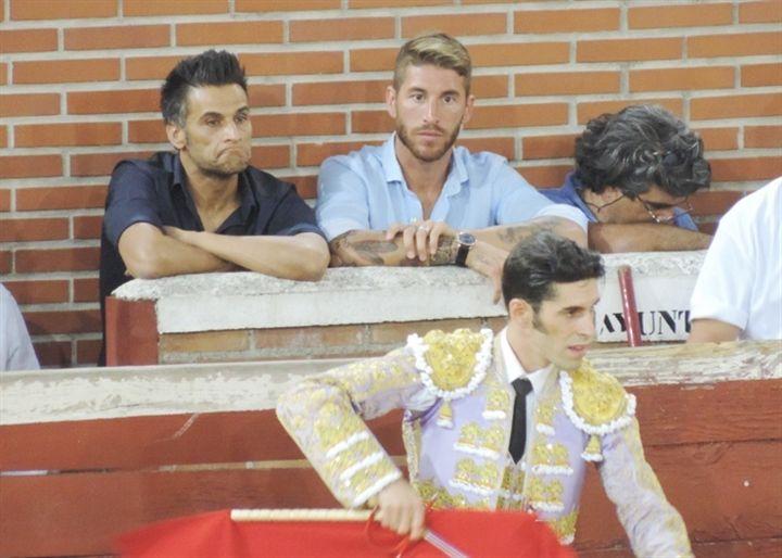 Sergio Ramos disfruta de su pasión por los toros de la mano de su amigo Talavante