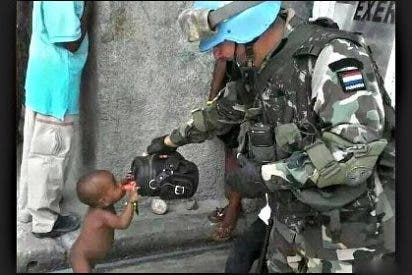 La foto del soldado que da de beber a un sediento niño haitiano conmociona las redes sociales