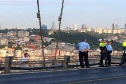 El policía se hace un 'selfie' con el suicida antes de que salte desde un puente