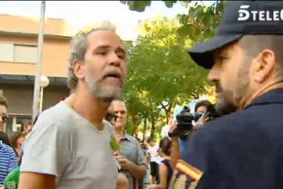 """Willy Toledo reaparece en el barrio de Tetuán y se encara con la Policía: """"¿Le han pedido el DNI a los nazis?"""""""