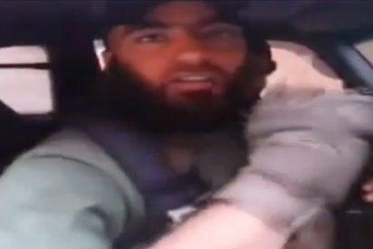 """El terrible vídeo del sediento 'vampiro' del ISIS: """"Nos encanta beber sangre"""""""