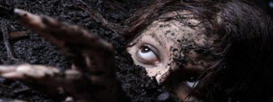 Una turba enloquecida entierra vivo a su vecino por practicar brujería