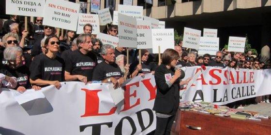 Actores españoles recrean un funeral para protestar contra la 'Ley Lasalle'