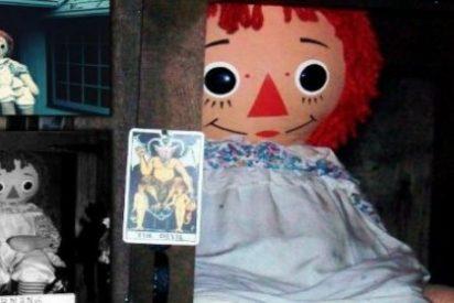 La muñeca Annabelle está poseída por un demonio y permanece sellada en una vitrina: le echan agua bendita