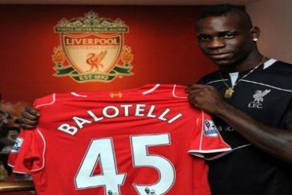 Cambian su camiseta de Balotelli... ¡por la de exfutbolistas del Liverpool!