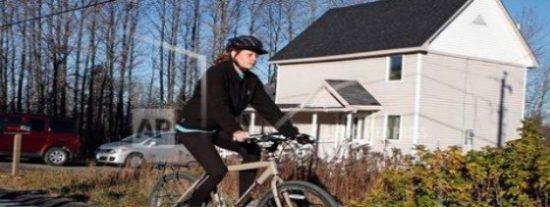 La enfermera en cuarentena por ébola sale a montar en bici con todo el morro