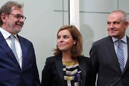 Juan Luis Cebrián presume de hablar catalán ante la cariñosa mirada de Soraya