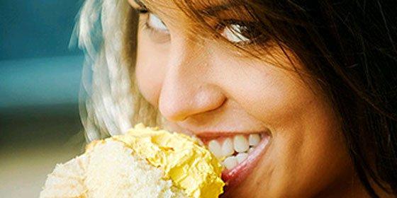 Atiborrarse de helado o pizza a paletadas no cura una 'indigestión' por amor ni por asomo