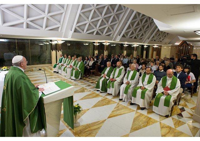 """Francisco dice que """"la Iglesia se construye con ladrillos débiles"""""""