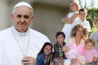 """El Papa dice que la sociedad y la Iglesia necesitan """"familias felices"""""""
