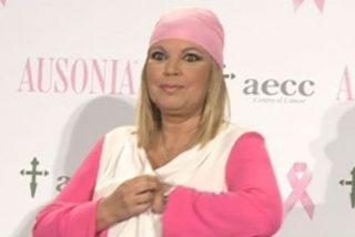 Terelu Campos muestra los pechos por un descuido en pleno acto solidario