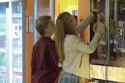 Genoveva Casanova, ajena a los rumores sobre su nuevo amor, en el cine con sus hijos