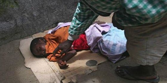 Las terribles imágenes de un niño muerto por el ébola tirado en la calle: ningún médico quiso atenderle