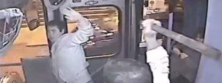 """El vídeo de la captura a palos en un bus del ratero más torpe del mundo: """"¡Es mi tía María del campo!"""""""