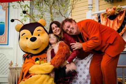 Pablo Carbonell disfruta con su mujer y su hija Mafalda de Disneyland Paris
