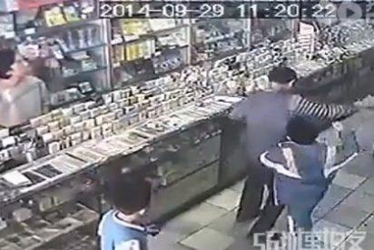 El vídeo del niño repelente que le pega una paliza a su madre por no comprarle una marioneta
