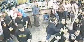 El vídeo de la feroz batalla campal en un bar entre hinchas del Atleti y el Sevilla