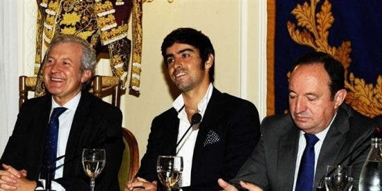 Miguel Ángel Perera, muy emocionado, agradece el trofeo 'Vestido de Luces Rioja y Oro'