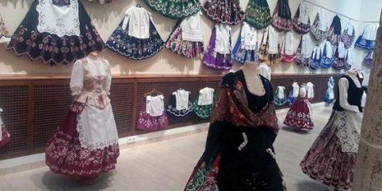 Una muestra reúne casi 200 refajos en el Centro Cultural San Sebastián de La Roda