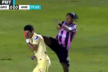 Ronaldinho da una patada en la cara a su rival